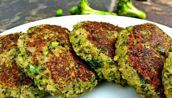 Hamburguesas de brócoli al horno que contiene calcio
